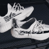 YEEZY BOOST 350 V2 × OFF-WHITE™ 最新画像