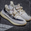 "Yeezy Boost 350 V2 ""Reversed Oreo"" のビジュアル"
